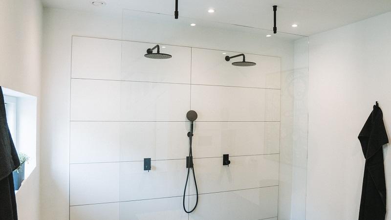 glasvæg i badeværelse i hærdet glas. Glarmester Niels Juel Pedersen i Næstved.