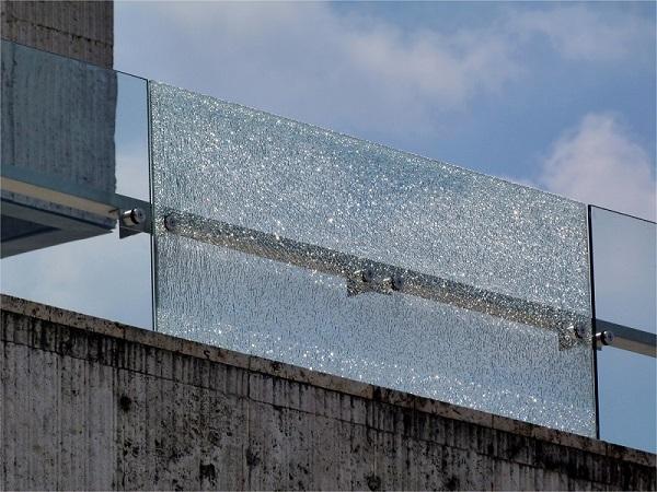 Smadret lamineret glashegn - glasstykker klæber til folien. njpglas.dk