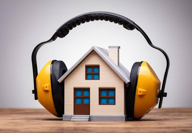 Hus med høreværn. Lydisolerede vinduer giver effektiv støjdæmpning. NJP Næstved