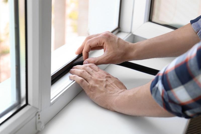 Mand sætter tætningsliste i lydisolerende vindue. njpglas.dk i Næstved