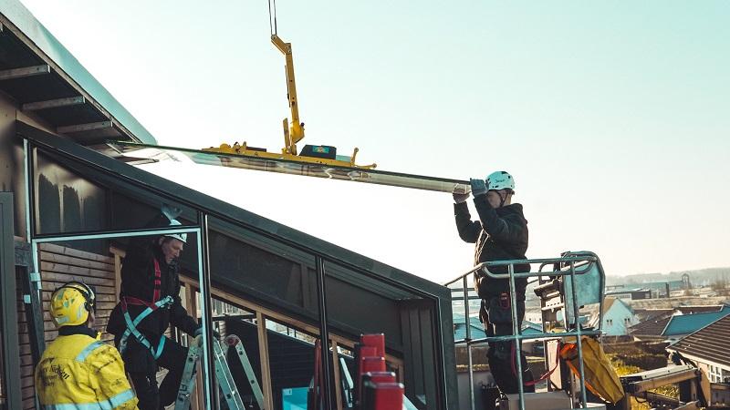 Glarmestre fra Niels Juel Pedersen monterer vinduer med brandglas