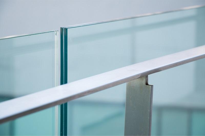 Glasværn indendørs. Glasrækværk fra Niels Juel Pedersen i Næstved