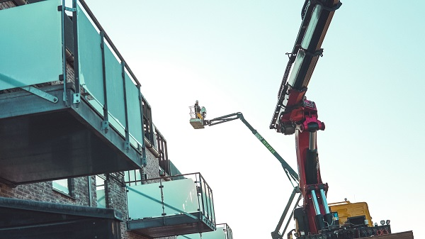 Glasværn altan monteres med kran og sug. Niels Juel Pedersen