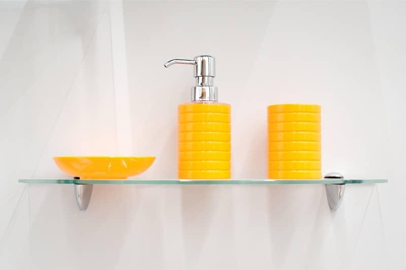 Glashylde på badeværelse med sæbedispenser - njpglas.dk i Næstved