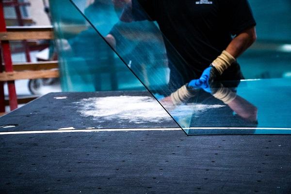 Mand laver stænkplade glas hos Niels Juel Pedersen i Næstved