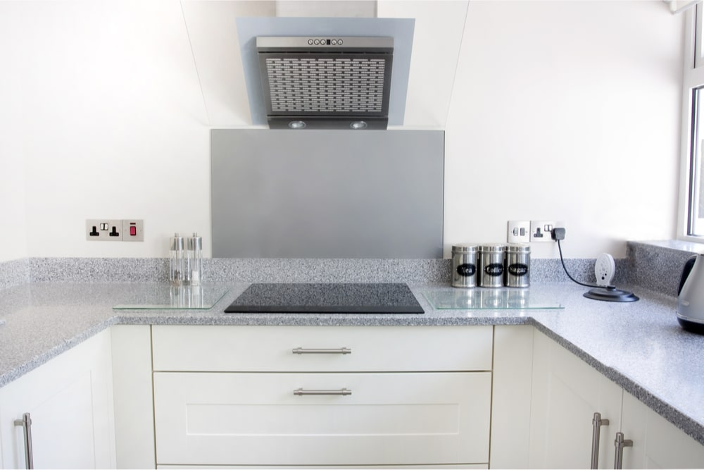 Køkken med stænkplade i glas v. komfur. Niels Juel Pedersen A/S - Næstved