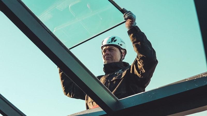 Montør fra Niels Juel Pedersen, monterer termoruder på mål i Næstved.